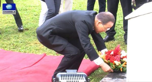 Bank Moon laying a wreath at UN office in Abuja
