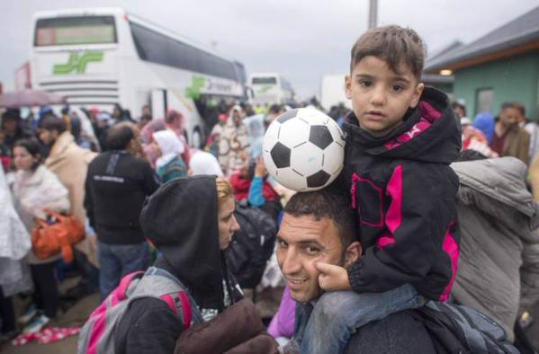 Hungary provides buses to refugees