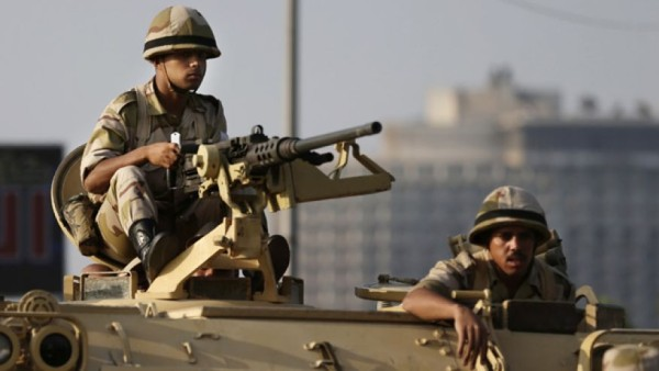 Egyptian soldiers: taking position