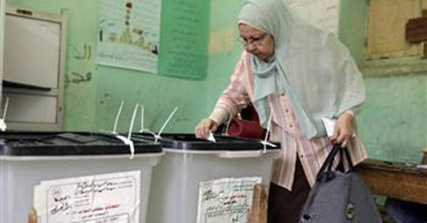 An Egyptian woman votes in Cairo