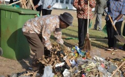 President Magufuli taking part in the clean-the -city exercise