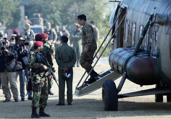 Pakistan's General Raheel Sharif arriving the  university in a copter