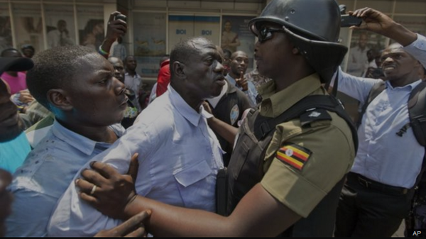 Besigye being roughened by policeman