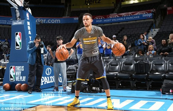 Stephen Curry warms up ahead of match against Oklahoma Thunder