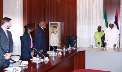 President Muhammadu Buhari (r) meeting with the team of United States Institute of Peace, led by Ms Nancy Lindborg, Senior Advisor Economic Office, United States Institute of Peace (USIP), Mr Johnnie Carson; Programm Officer, Africa Center for Middle East and Africa, USIP; Ms Oge Onubogu, Special Assistant to the President Executive Office; Mr Nick Rogacki during an audience with USIP at the State House in Abuja. Photo; Sunday Aghaeze/State House.