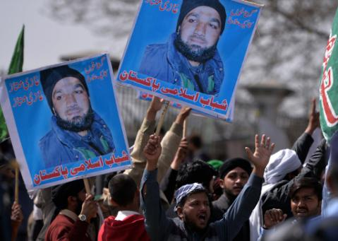 Pakistan: supporters of the assassin display his photo