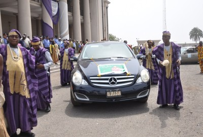 The remains of the  Olubadan coming being brought to Mapo Hall