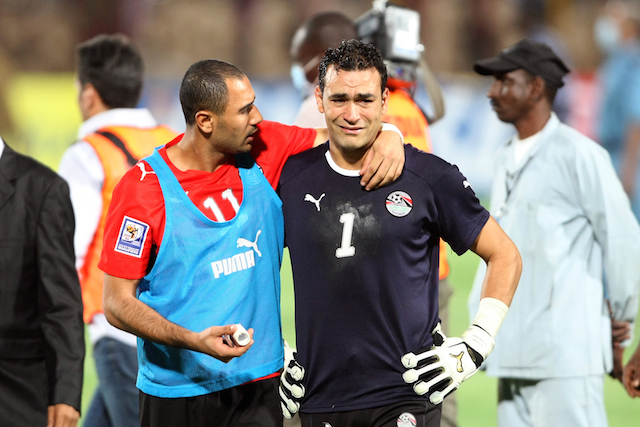 Egypt's Mohammed Shawki (L) comforts goalkeeper Essam al-Hadary (R) after losing the 2010 World Cup qualifying play-off football match against Algeria in Khartoum on November 18, 2009. AFP Photo