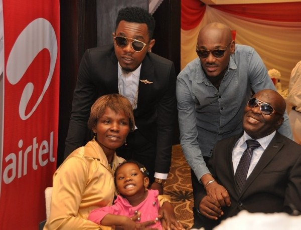 2Baba and Patoranking, Airtel Ambassadors with one of the family beneficiaries