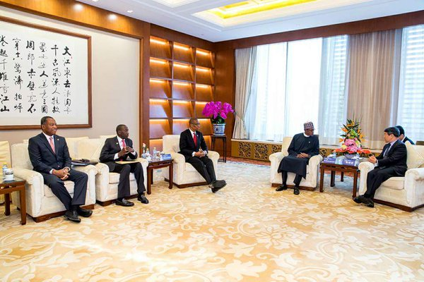 Buhari and his Nigerian team discuss with President Xi Jinping