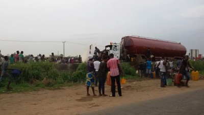 Disaster waiting to happen! Residents scooping fuel from the fallen tanker. Photo Credit Idowu Ogunleye
