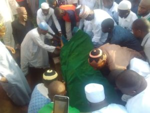Amodu remains being lowered to the grave at Okpella, Saturday eveing