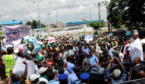Governor-Abiola-Ajimobi-addressing-NURTW-members-who-protested-in-support-of-the-state-government-policy-on-education