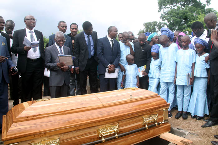 Prayers before the coffin is lowered in the grave