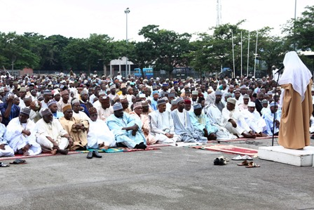Imam of Mamibilla Barracks, Major Hamisu Mustapha, leading the sallah prayer as President Muhammadu Buhari (m) is flanked by the Minister of Defence, Brig Gen Mansur Mohammed Dan-Ali left and others