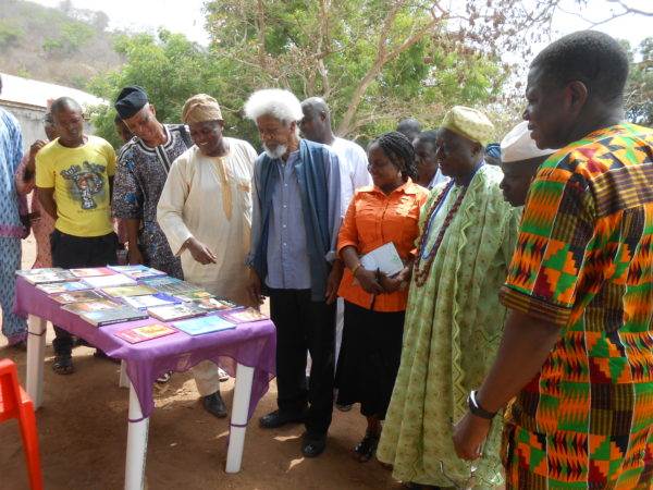 Wole Soyinka  in Ebedi inspecting books by residents