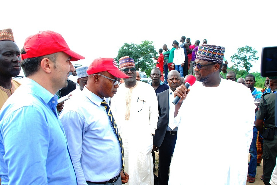 Governor Bello speaking with contractors