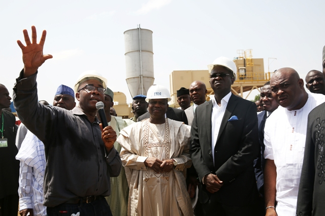 Hon Minister of Power, Works & Housing, Mr Babatunde Fashola,SAN (2nd right) and Governor of Sokoto State, Rt. Hon. Aminu Tambuwal(2nd left), being briefed by CEO, Elvaton Nigeria, Mr Elivs Afam(right) and Project Director, Mr Theo Ubani(left) during the inspection of the 30MW Sokoto State Government Independent Power Plant, Sokoto State on Monday 10th October 2016.