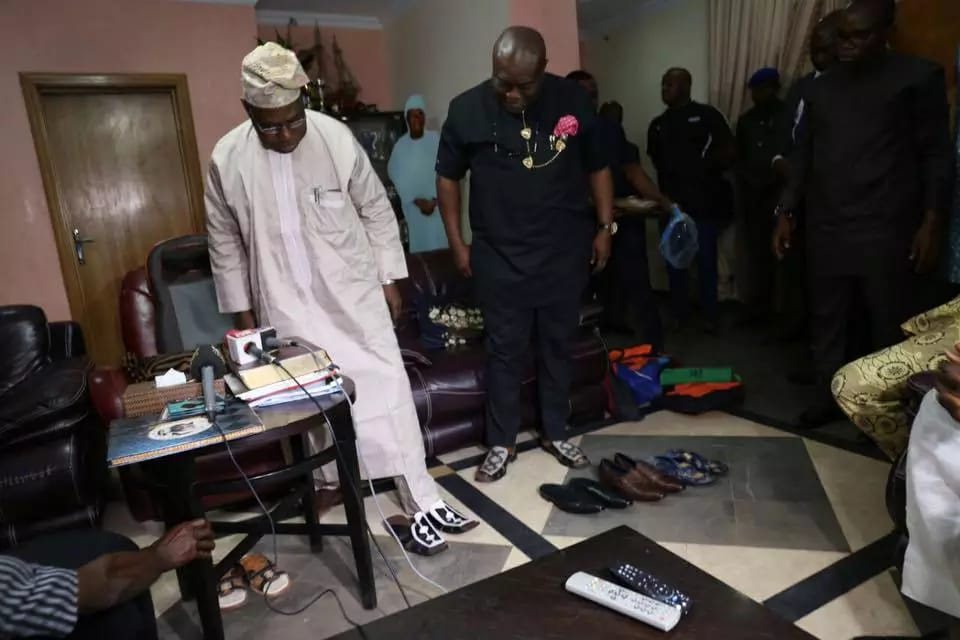 Obasanjo tries one of the foot-wears