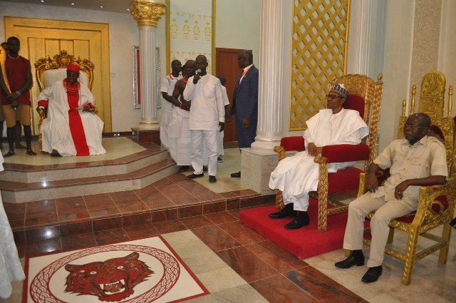 From left: Oba of Benin, Oba Ewuare II, President Muhammadu Buhari and Governor Adams Oshiomhole during the President's courtesy visit to the Oba of Benin as part of his 2-Day official visit to Edo State, on Monday.