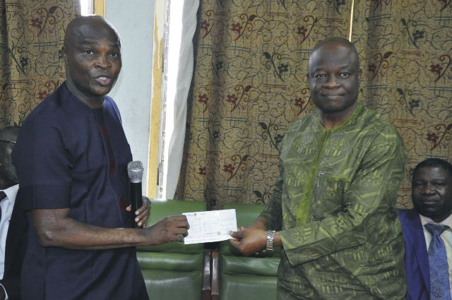 Prof.-Ibadin-receiving-cheque-for-N1mn-from-Imansuangbon