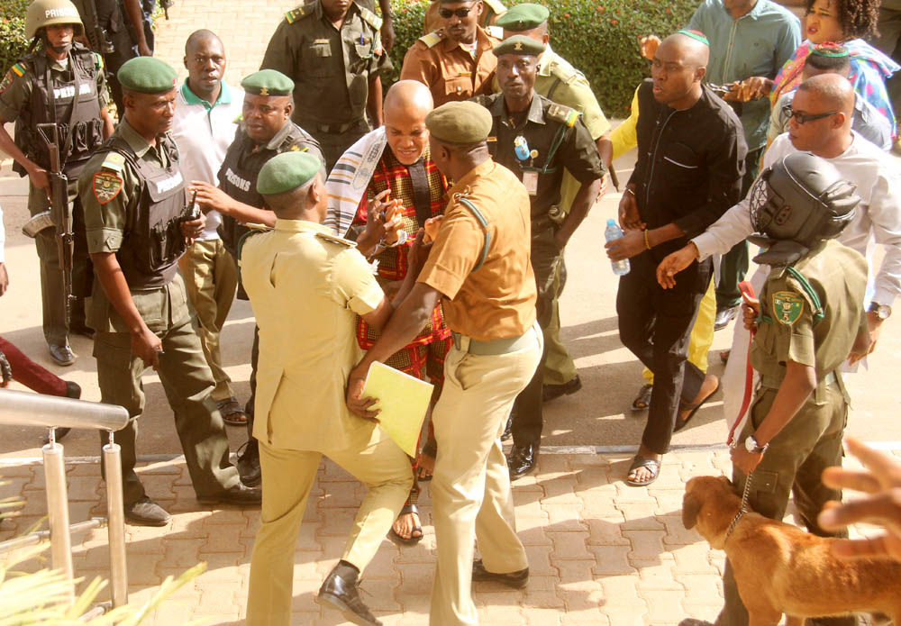 arrival-of-kanu-nnamdi-leader-the-biafra-agitator-in-a-confrontation-with-the-prisons-warders-3