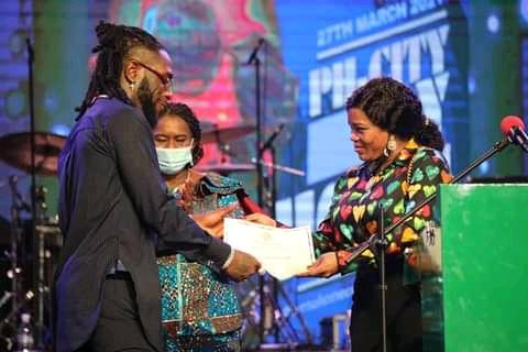 """Burna Boy was handed with the """"Distinguished Service Star of Rivers State, DSSRS,""""Certificate by the wife of Governor, Justice Suzette Nyesom Wike."""