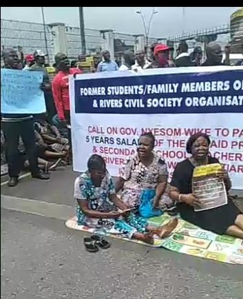 A cross section of teachers of   Demonstration Schools owed 5 years salaries by Rivers State Government  occupy gate of Govt. House,, Port Harcourt.