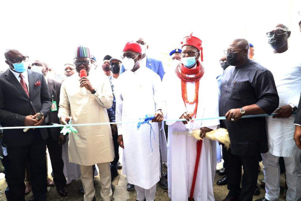 Delta Governor, Senator Dr. Ifeanyi Okowa (middle); his Benue state counterpart, Dr. Samuel Ortom,(2nd left); His Royal Majesty, Emmanuel Sideso Abe I, the Ovie of Uvwie Kingdom (2nd right); PDP Chairman in Delta, Chief Kingsley Esiso (right); Speaker, Delta State House of Assembly, Rt. Hon. Sheriff Oborevwori (2nd right); Commissioner for Basic and Secondary Education, Mr. Patrick Ukah (left) and others, as Gov Ortom inaugurated Army Day Secondary School at Effurun, built by Delta State Government.  Tuesday. PIX; BRIPIN ENARUSAI AND JIBUNOR SAMUEL