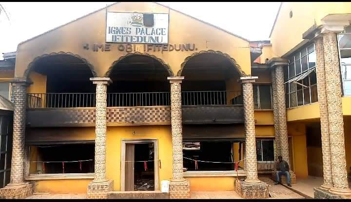 The burnt palace of Igwe Emeka Ilouno, the traditional ruler of Ifitedunu in Dunukofia Local Government Area of the state.