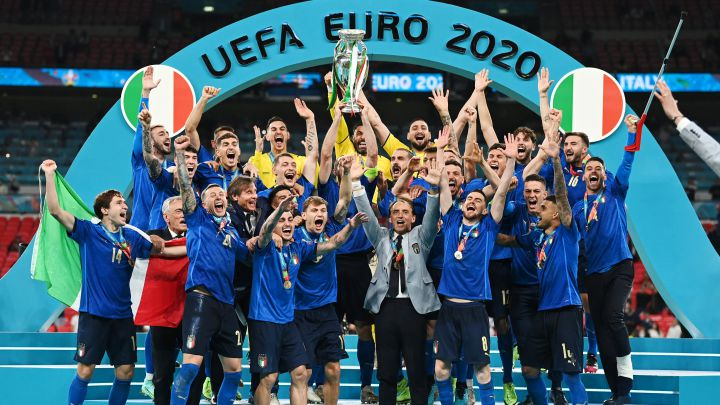 Italian players with EURO 2020 trophy