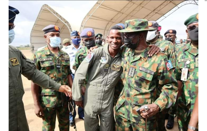 FL Abayomi Dairo with military chiefs after he was rescued: Buhari hails him for his gallantry
