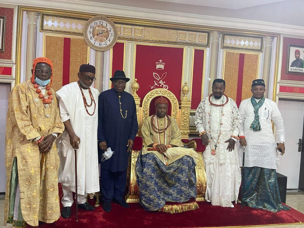 Third from left: former President Goodluck Jonathan, Olu of Warri, Atunwase 111 and palace chiefs during the visit of the former Nigerian president on Saturday