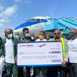 Air Peace boss, Allen Onyema presenting cheque for the N20m to Super Eagles