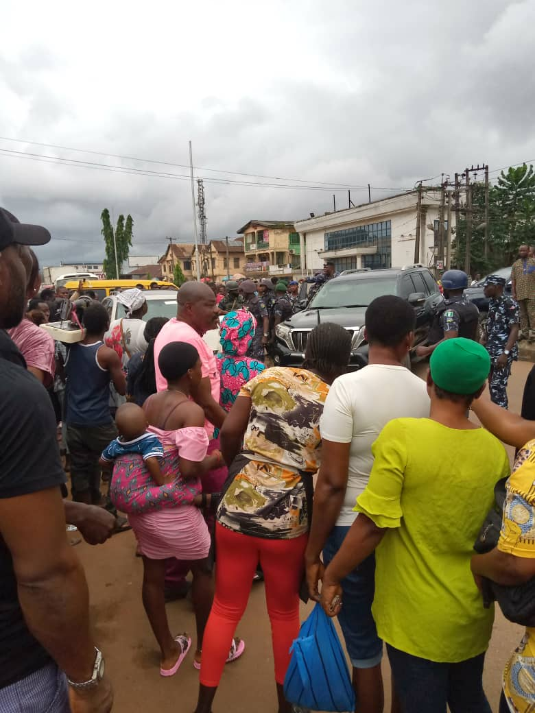 Edo Police commissioner pacifying the angry people