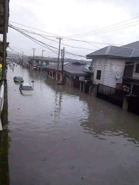 Flood takes over major streets of Port Harcourt after over 10 hours of rainfall