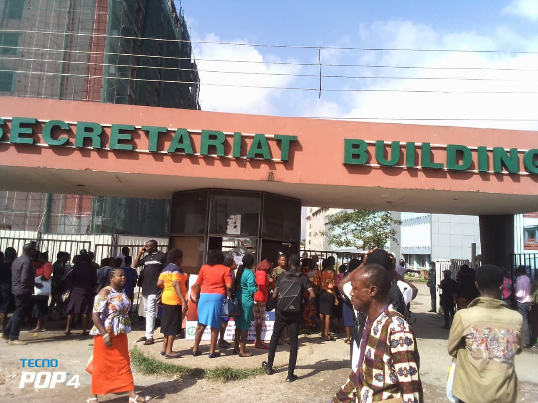 Civil servants and others locked out of Edo State Secretariat over lack of proof of COVID-19 vaccination